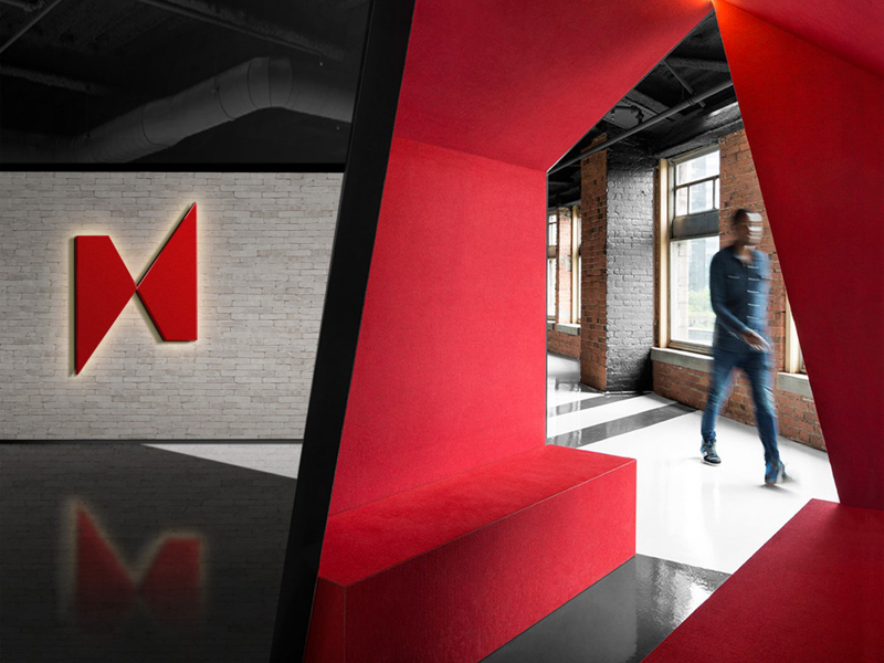 Логотип Nanotronics на стене в здании
