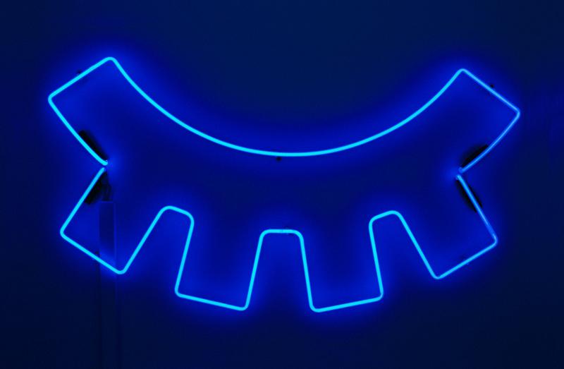 синяя неоновая вывеска, ресницы